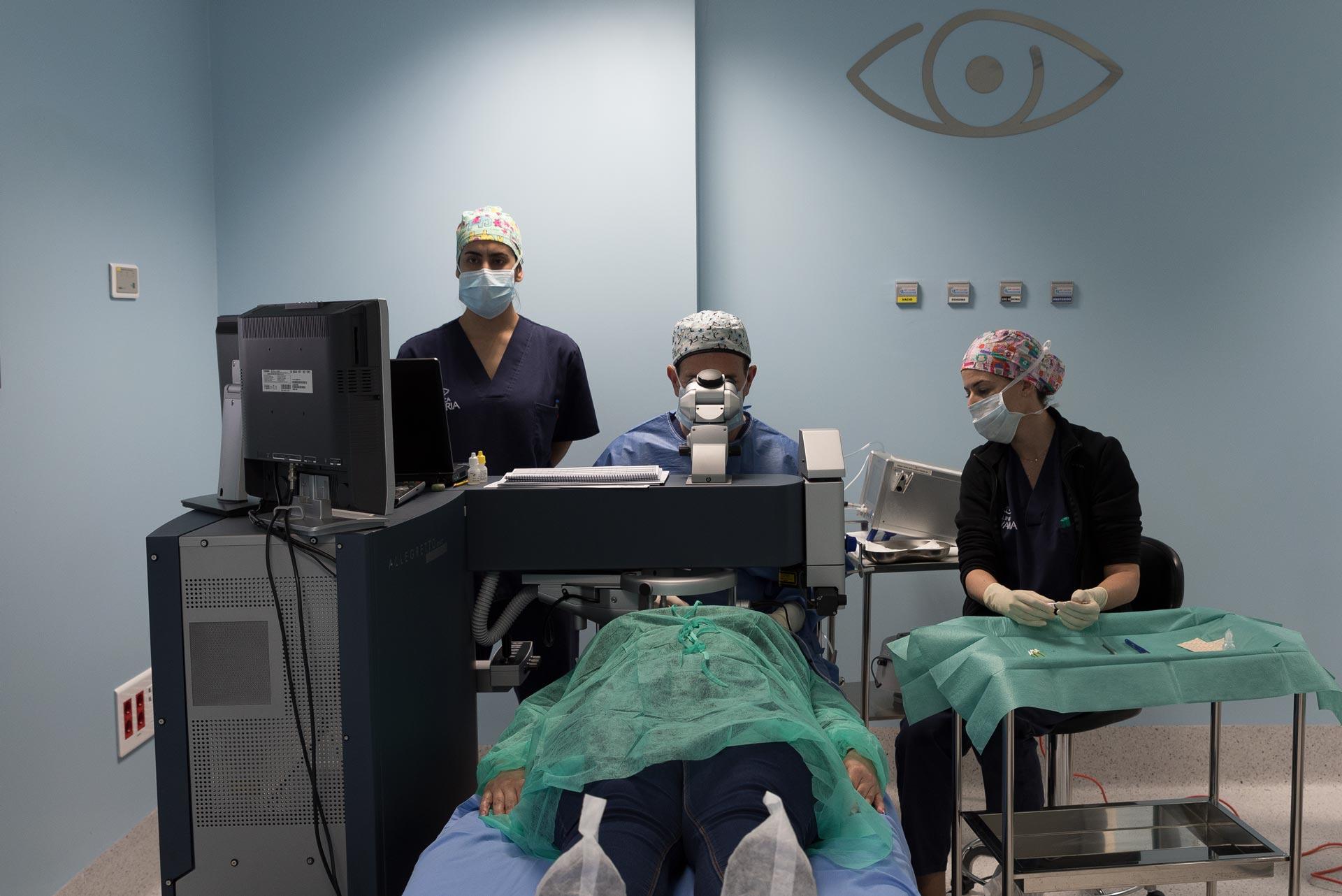 Doctor Javier Rodríguez durante una cirugía