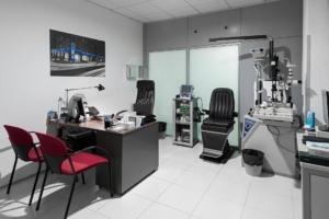 Sala de consultas e instrumental oftalmológico de la Clinica Nivaria